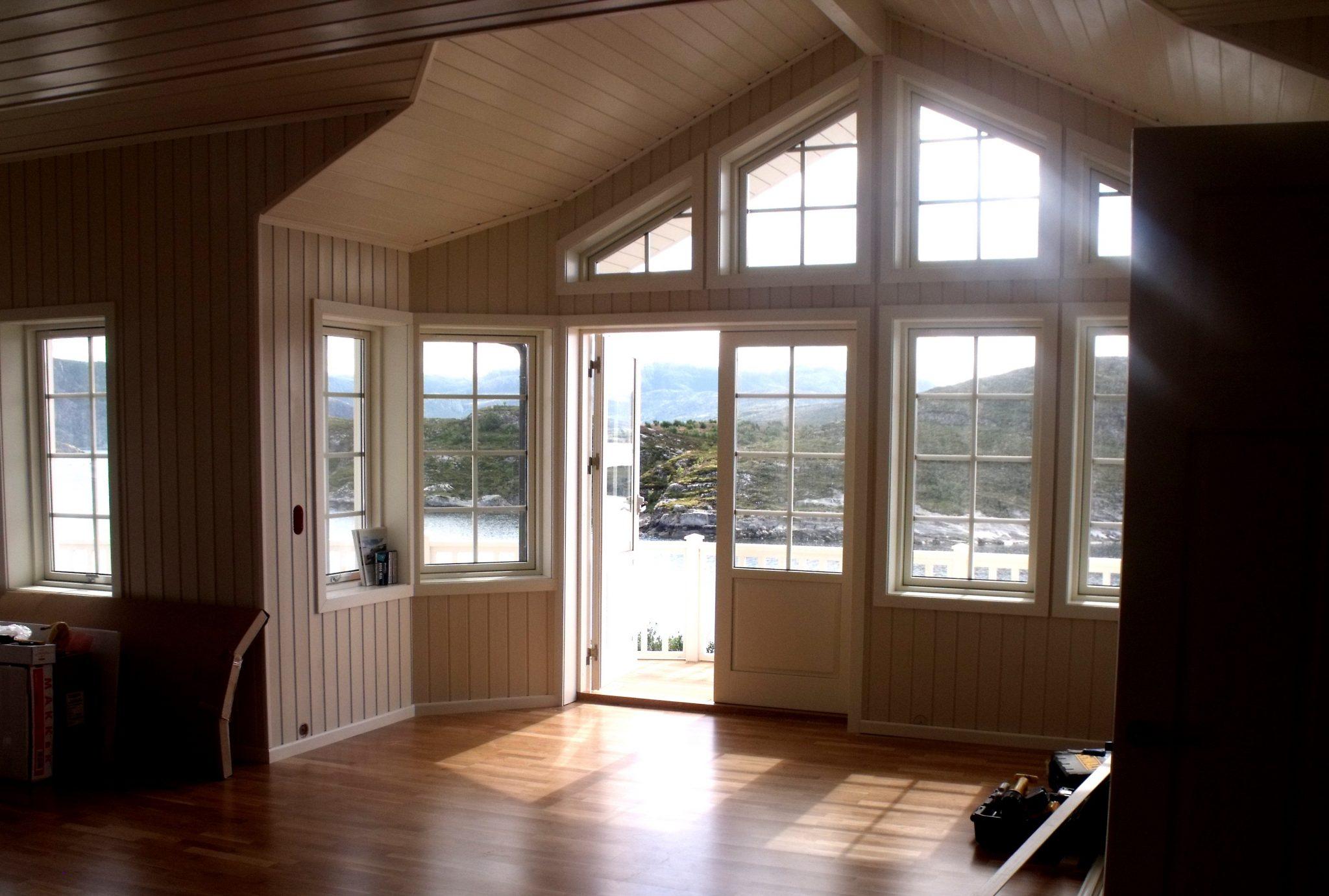 Spröjsade fönster sommarhus